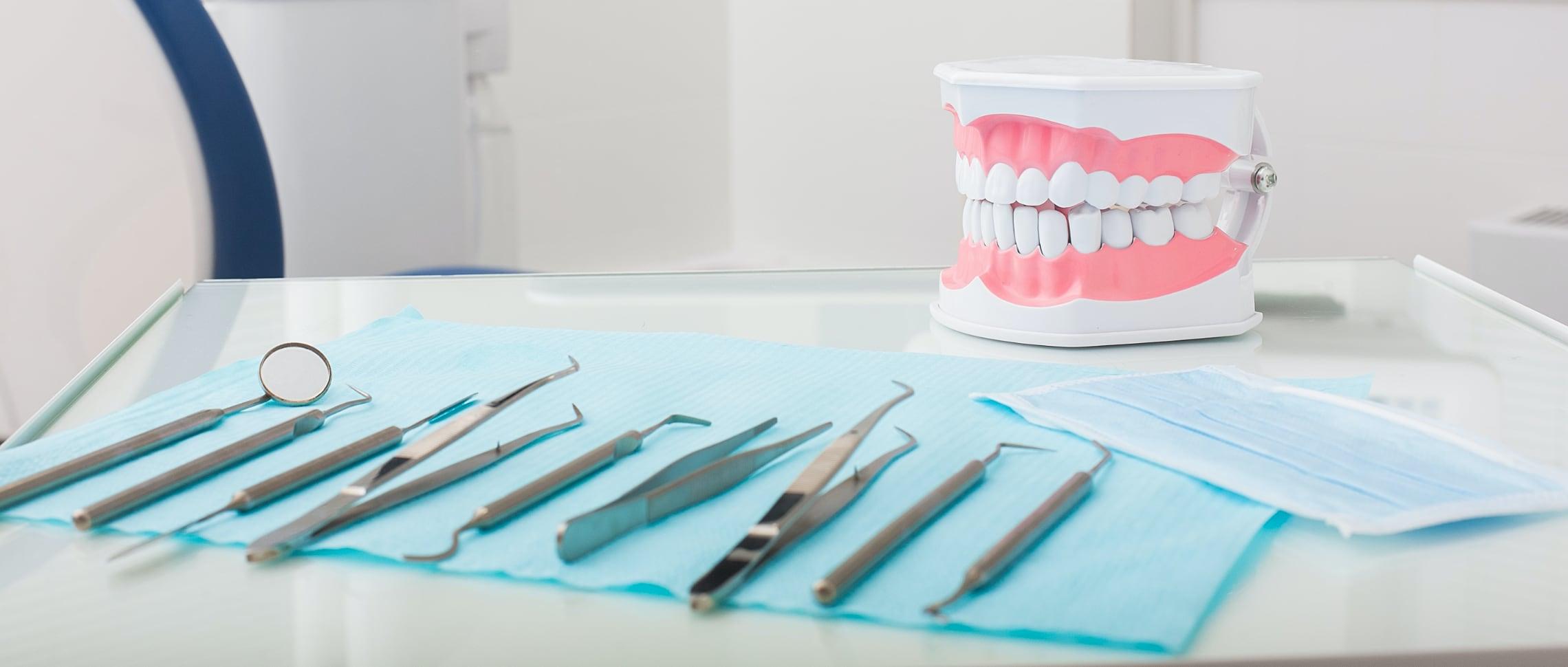 tandläkare-tandrensning-redskap-för-borttagning-tandsten